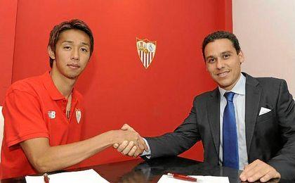 Kiyotake, junto a José María del Nido Carrasco, tras firmar su contrato con el Sevilla F.C.