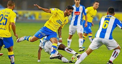 Willian José intenta zafarse de un rival perico.