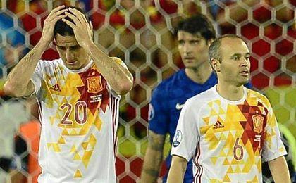 Aduriz e Iniesta se lamentan del gol de Perisic.