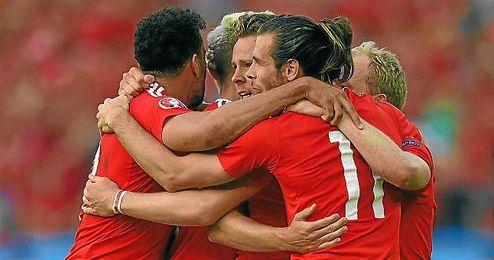 Gales hace una piña para celebrar el gol ante Irlanda del Norte.