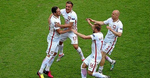 Krychowiak, abrazado por sus compañeros tras marcar el penalti decisivo.