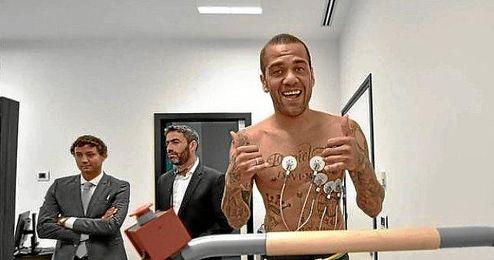 Alves pasando el reconocimiento médico
