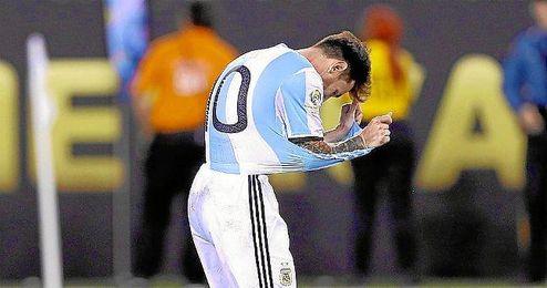 Messi se lamenta tras el penalti fallado