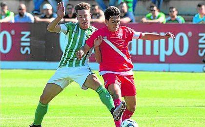 Imagen del último partido jugado entre sevillanos en Segunda B, un Betis B-Sevilla Atlético (2-2).