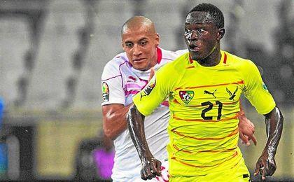 Djené Dakonam defendiendo los colores de Togo.