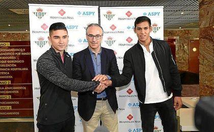 Mandi y Felipe Gutiérrez, junto a Miguel Torrecilla tras pasar las pruebas médicas.