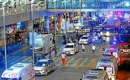Tres suicidas han atentado en el aeropuerto de Estambul.
