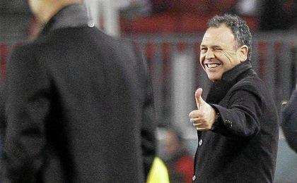 Caparrós lanzó ayer un guiño a la selección en ´Al Primer Toque´.