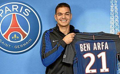 Ben Arfa, posa con su camiseta del PSG.