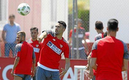 Iborra, en un entrenamiento con el Sevilla.