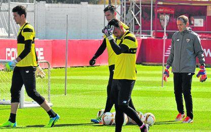 Los arqueros David Soria, Sergio Rico y Beto, durante un entrenamiento de la pasada temporada bajo las �rdenes del entrenador de porteros Javi Garc�a.