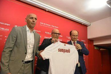 Sampaoli, junto a Monchi y Castro en su presentación.