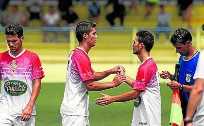 José Romero (izquierda) sale del terreno de juego sustituido por Edu Calderón.