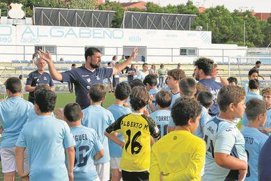 En la imagen, Diego Trist�n, entrenador del Algabe�o, junto a la cantera albiceleste; el otrora internacional busca dar un salto deportivo.