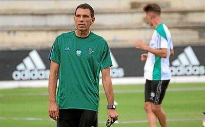 Gustavo Poyet dirigiendo su primer entrenamiento como técnico del Betis.