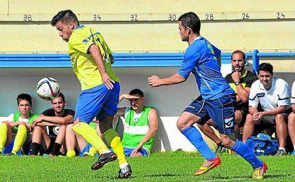 Dani Casado (izquierda) controla el bal�n ante la presi�n del sanjuanero Nerva.
