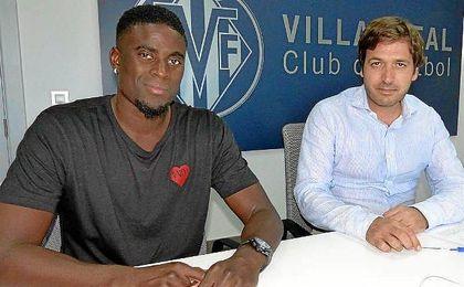 Alfred N�Diaye en el momento de la firma de su nuevo contrato con los castellonenses.