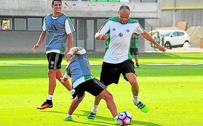 Westermann sigue siendo un descarte y el club le busca una salida.