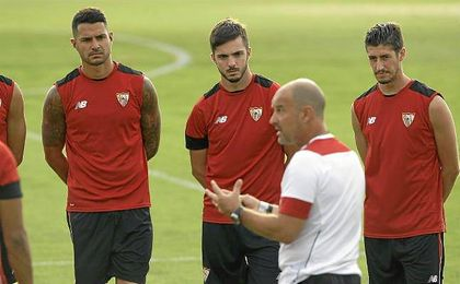 Vitolo escucha las indicaciones de Jorge Desio.