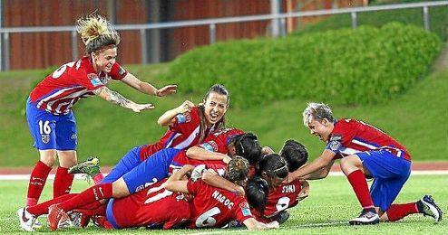 El equipo de féminas celebrando un gol.
