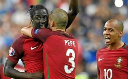 Pepe celebra el gol conseguido en la prórroga por su compañero Eder.