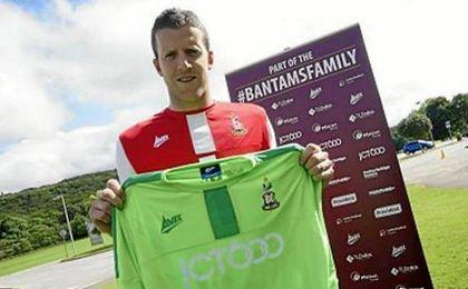 Colin Doyle, posando con la camiseta del Bradford.