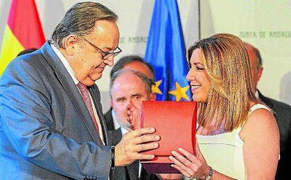 Herrera entregó la medalla a Díaz, que también recibió la camiseta andaluza para su hijo.
