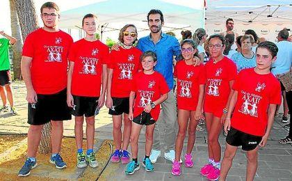 Kevin López posa con algunos de los aficionados loreños tras la inauguración del monolito.