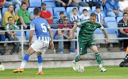 Joaquín encarando en el amistoso disputado el pasado curso entre Betis y Recre.