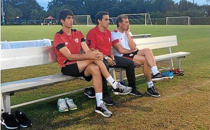 Carlos Fernández (izquierda) junto a del Nido Carrasco y Óscar Arias.