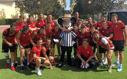 El Sevilla se fotografió con Mickey.