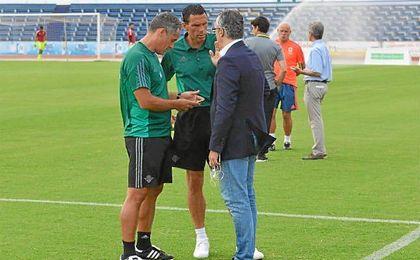 Poyet charla con Torrecilla, antes del partido ante el Middlesbrough.