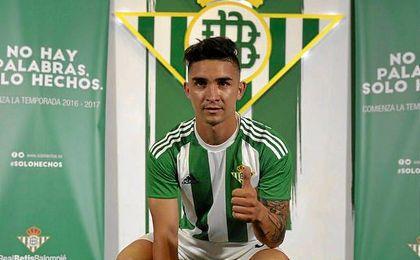 El ´Pipe´ Gutiérrez posa con la camiseta del Real Betis.