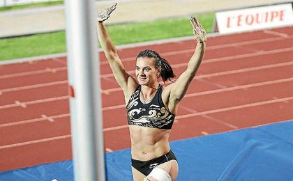 Yelena Isinbáyeva durante una competición