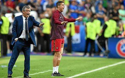 Fernando Santos y Cristiano Ronaldo dan órdenes en la banda en la final ante Francia.