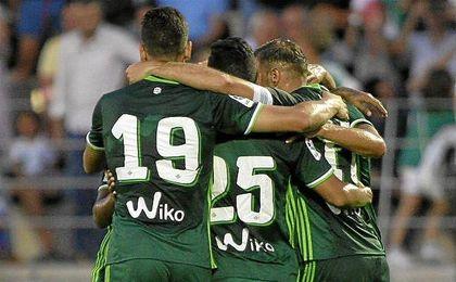Los futbolistas verdiblancos se abrazan tras conseguir el 2-1.