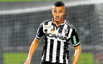 El internacional marroqu� gana enteros en la agenda de Torrecilla, que sigue buscando un pivote defensivo.
