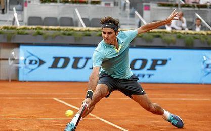 Roger Federer devuelve una bola baja.