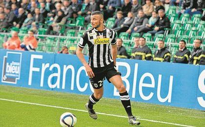 El Angers sueña con prolongar el contrato del internacional marroquí y ve posible el acuerdo.