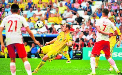 El delantero ucraniano se dispone a efectuar un disparo a puerta en el transcurso del choque que midi� a su selecci�n con la de Polonia en la pasada Eurocopa disputada en Francia.
