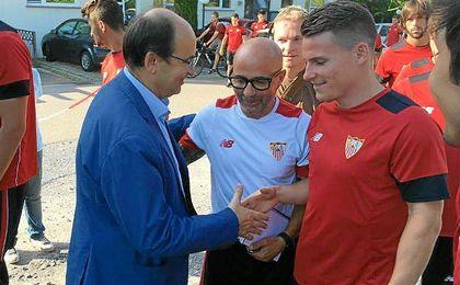 Castro y Gameiro se estrechan la mano ante la atenta mirada de Sampaoli.
