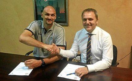 Zan Tabak y Fernando del Moral, rubricando el contrato.