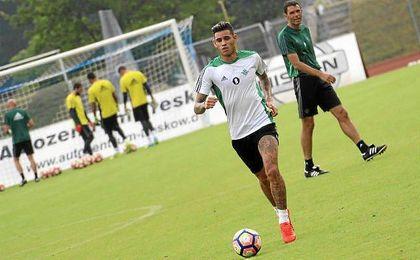 Tonny Sanabria entrenándose bajo la supervisión de Gustavo Poyet.