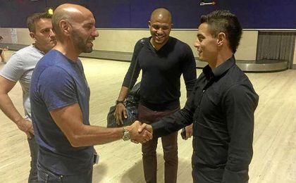 Monchi estrecha la mano de Ben Yedder en el aeropuerto.