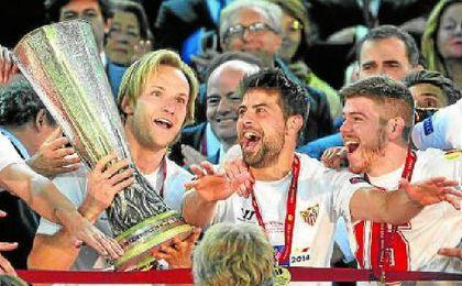 Reyes, Rakitic, Coke y Alberto Moreno, con la Europa League 13/14.