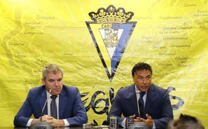 Rueda de prensa del Cádiz para anunciar el acuerdo entre Vizcaíno y Pina