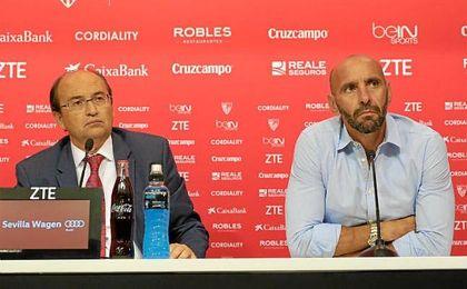 José Castro, junto a Monchi en la rueda de prensa.