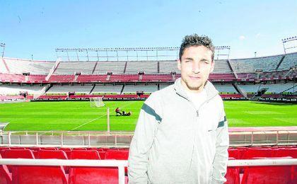 Jesús Navas posa para ESTADIO Deportivo en el ´antiguo´ Sánchez Pizjuán