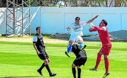 Javi Forján salta entre varios jugadores del Ceuta en un lance de un encuentro.