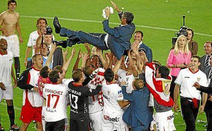 Antonio Álvarez, manteado por su jugadores tras conseguir la Copa de 2010.